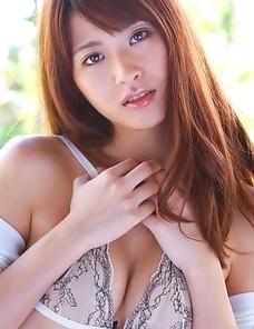 Saki Yamaguchi puts shower water on her big cans over bra