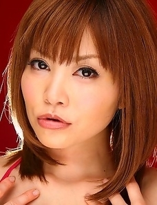 Hot Hitomi Yoshino loves to pose