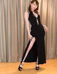 Dress-wearing hottie Aya Kisaki shows her sexy legs in a solo gallery