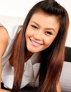 Gorgeous Thai babe strips down