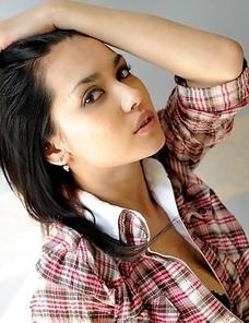 Sexy Maria Ozawa shows her boobs